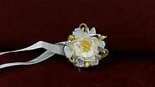 Цветочный браслет айвори с золотым(бутоньерка на руку)