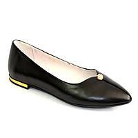 Женские кожаные туфли-балетки с заостренным носком, декорированы брошкой.