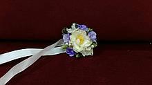 Бутоньерка для свидельницы бежевая с сиреневым (цветочный браслет)