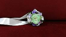 Бутоньерка на руку мятная (браслет из цветов)