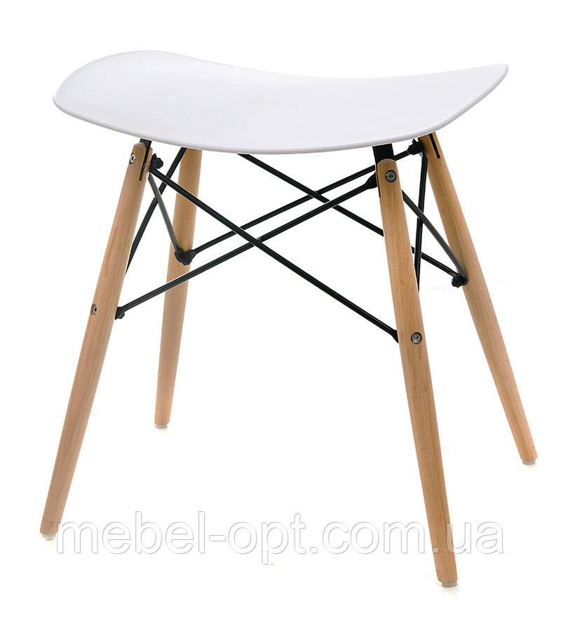 Дизайнерский табурет M-06 белый цельнолитый пластик, деревянные буковые ножки Charles Eames DSW, в стиле лофт