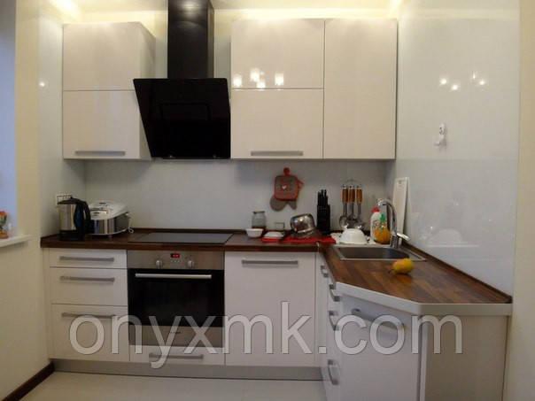Угловая белая кухня со столешницей из дерева
