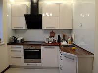 Угловая белая кухня со столешницей из дерева, фото 1