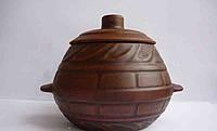 Горшок для запекания из красной глины с ручками и узором.