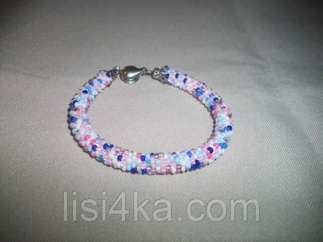 Браслет-жгут из микса бисера в сине-голубовато-розовых тонах