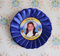 Значок Выпускник с розеткой. Синяя