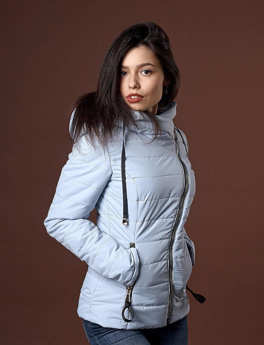 Стильная женская весенняя куртка на синтепоне светло-голубого цвета