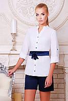 Белая блузка с темно-синим атласным поясом