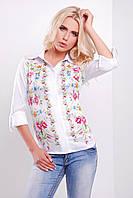 Блуза белого цвета с цветами на полочке
