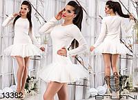 Короткое платье с пышной фатиновой юбкой.
