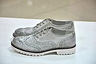 Женские итальянские кожаные светло-серого цвета туфли на шнуровке с перфорацией броги Verve