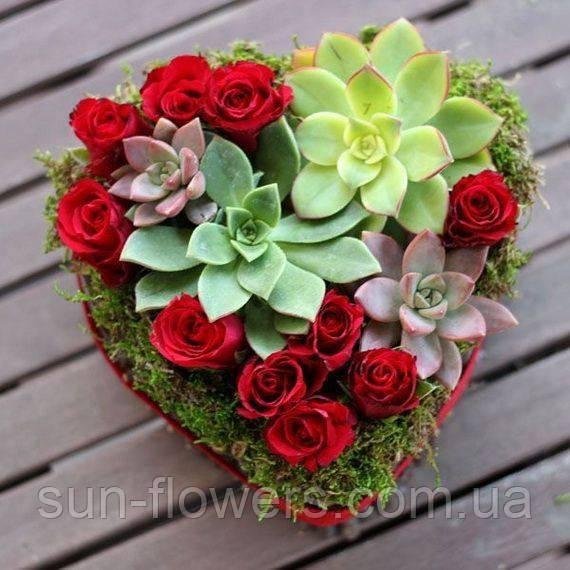 Розы и суккуленты в коробочке-сердечке