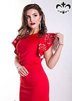 Платье-футляр, украшают изделие воздушные рукава, дополненные перфорацией в виде роз