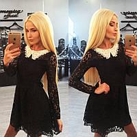 Красивое черное гипюровое платье с белым воротником из жемчуга