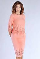 Милый персиковый костюм украшен перфорацией