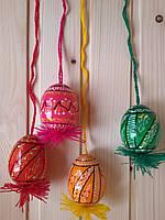 Деревянные пасхальные яйца 60х45 на подвеске, подпоясанные, красные