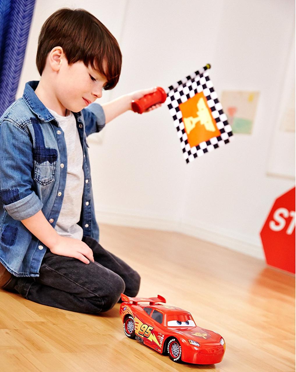 Интерактивная машинка Молния МакКвин на управлении флажком говорящая Тачки / Lightning McQueen