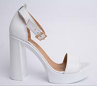 Босоножки кожаные на каблуке белые