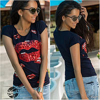"""Летняя женская футболка темно-синего цвета с принтом """"губы"""". Модель 10675."""