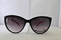 Солнцезащитные очки с черными линзами и красными дужками
