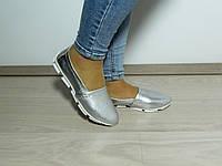 Женские кожаные мокасины серебряного цвета