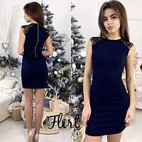 Платье облегающее с кружевными плечами темно синее 081