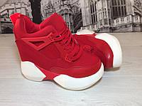 Женские кроссовки красные на танкетке