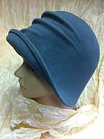 Фетровая  шляпка с маленькими полями украшена выпуклыми складками