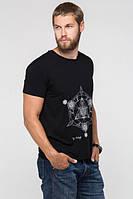 Однотонная мужская футболка с вырезом и стильной накаткой. В черном цвете