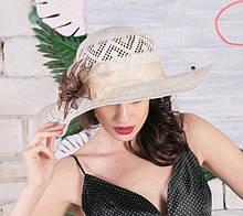 Летняя шляпа из соломки украшена цветочной композицией
