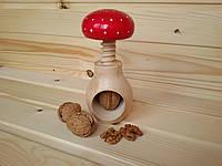 Винтовой орехокол из дерева в виде грибочка, с окраской мухомора