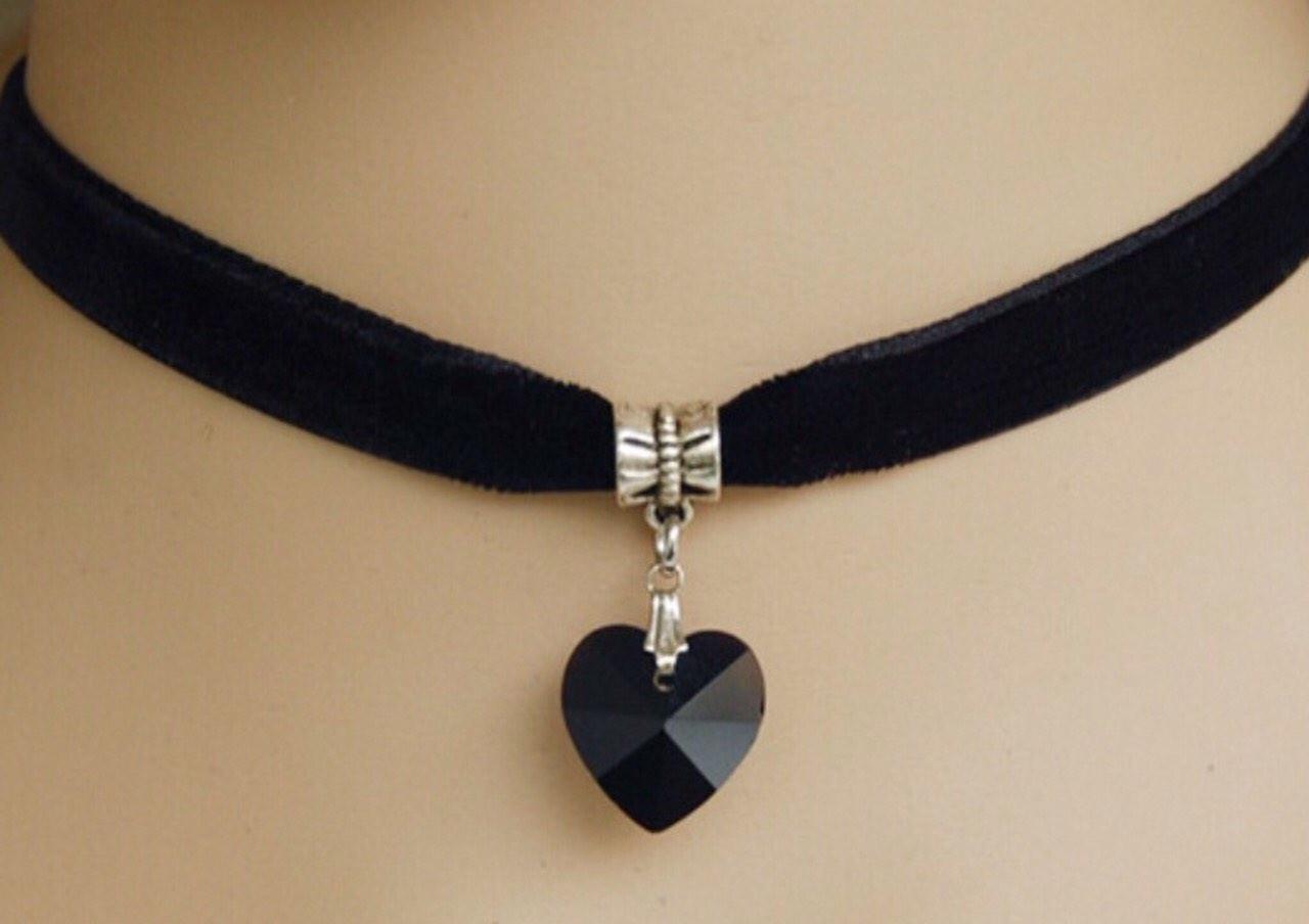 Чокер бархатный с стеклянным черным сердечком.