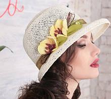 Изящная летняя шляпа с небольшими  полями из соломки