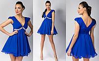 Короткое легкое вечернее платье с украшением