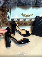 Босоножки черные лаковые на толстом каблуке