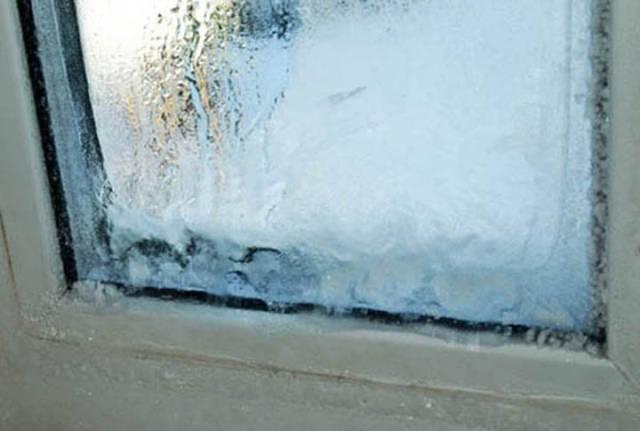 А с наступлением холодов во многих домах и квартирах окна замерзают.
