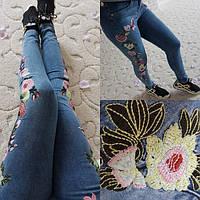 Женский  джинсы с вышитыми цветами баталы