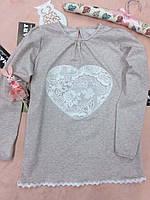 Серая детская кофта с качественного трикотажа, с кружевом и принтом сердце. Размер: 116-146