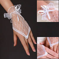 Нежные белые кружевные перчатки