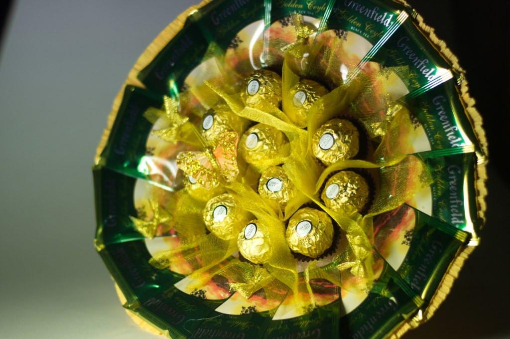 Букет с чаем Greenfield и конфетами Ferrero Rocher