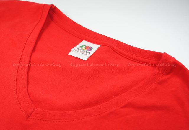 Красная женская футболка с V-образным вырезом
