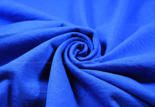 Ярко-синяя женская футболка с V-образным вырезом