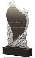 Памятник в форме сердца с голубями и розами