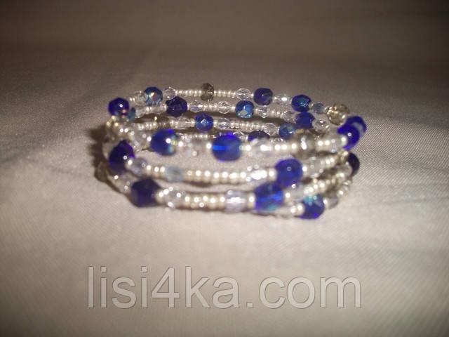 Браслет на жесткой основе из чешского бисера и стекла серебристо-синего цвета