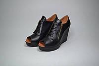 Закрытые туфли на танкетке с открытым носком натуральная кожа или замша размеры 36-40