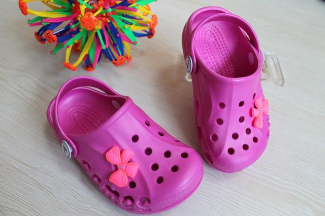 Детские малиновые кроксы style-baby.com