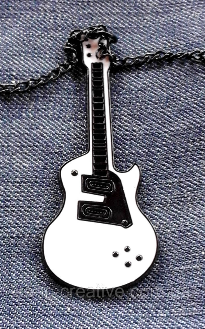 """Подвеска """"Гитара"""", черно-белая."""
