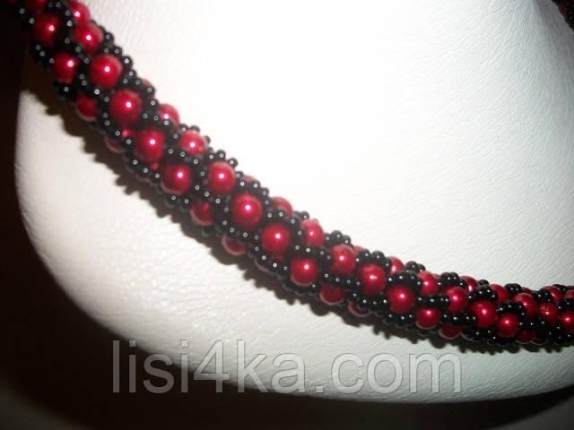 Вязаный жгут из бисера и жемчуга черно-красный