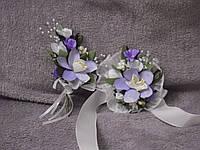 Свадебные бутоньерки для свидетелей (бутоньерка и цветочный браслет) сиреневые орхидеи