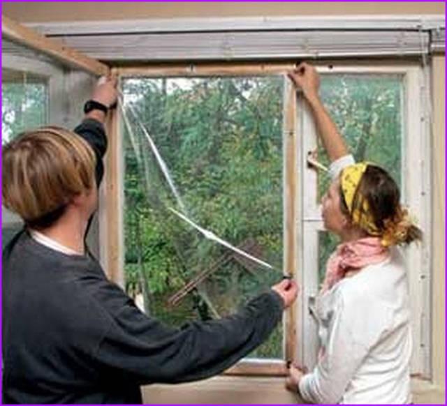 Тонкая, прозрачная плёнка заменяет третье стекло и помогает сберечь тепло в помещении.
